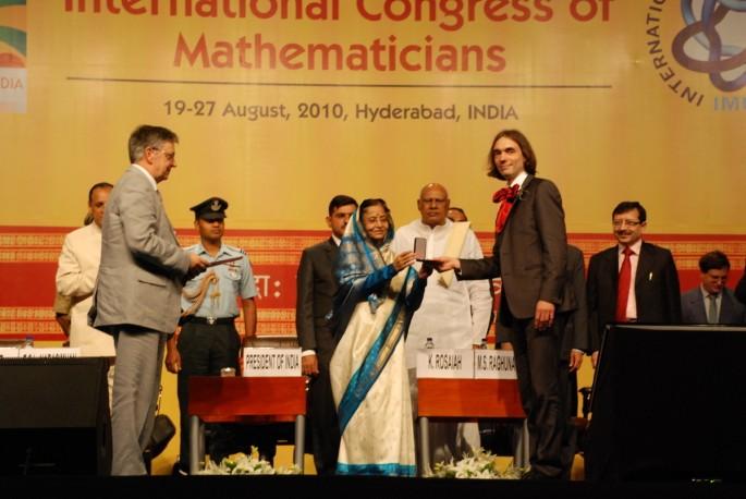2010년 인도 하이데라바드에서 열린 국제수학자대회에서 세드리크 빌라니 프랑스 에콜 노말 리옹대 교수가 필즈상을 수상하고 있다. 필즈상은 국제수학자대회에서 주어지는 가장 영예로운 상으로 40세 미만의 젊은 수학자만 받을 수 있다.  - 국제수학연맹 제공